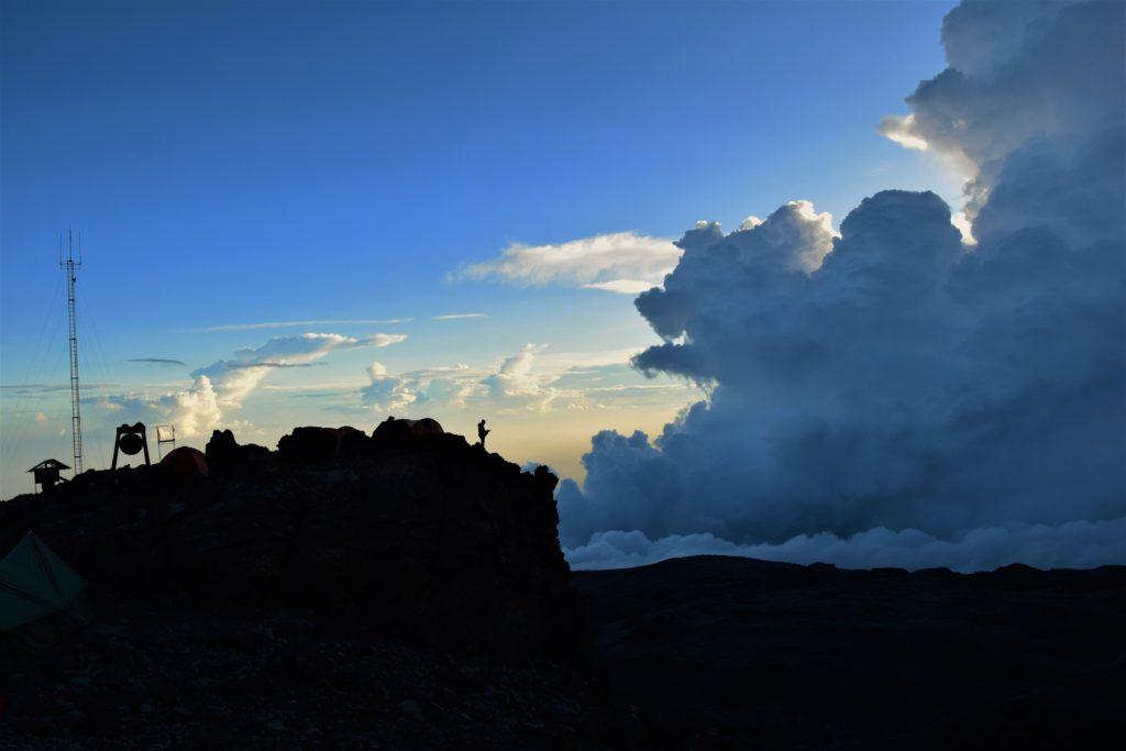 Desivá oblačná obluda, atmosféra ako v cudzom fantasy svete.